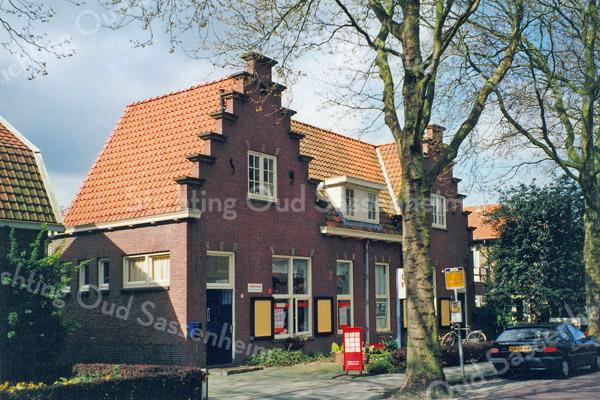 F0506<br /> Dit markante gebouw aan de Kerklaan met de karakteristieke trapgevel is in 1923 gebouwd als openbare school Van 1934 tot in de jaren '50 was dit de r.-k. kleuterschool. In de jaren '60 en '70 was het een afdeling van de sociale werkplaats Het Spektrum. In 2016 is hier al vele jaren architectenbureau Warmerdam gevestigd. Foto: 1999.