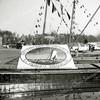 F0878 <br /> Een mozaïek bij Rederij Wesseling. De tekst luidt: 'Sinds 1909 voor al uw vervoer N.V. Rederij Wesseling'. Binnen de cirkel zien we een vrachtboot op het IJsselmeer. Mogelijk een 50-jarig bestaan?. Foto 1959?