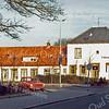 F0298 <br /> De voormalige Hortuslaan met de zijkant van hotel-café-restaurant 't Bruine Paard. Uiterst links woonde de vrachtrijder J. Nicola. De rij huizen die hier vroeger tegenover stond is al verdwenen, evenals de panden langs de Hoofdstraat. Het geheel is weer bestraat en versierd met plantenbakken.  Foto: ca. 1973.