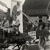 F4506<br /> Bevrijdingsoptocht. Foto: 1945. <br /> Een van de jongens zou Dick Houtzagers zijn
