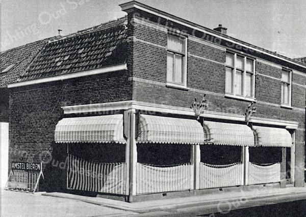 F0419 <br /> Winkel van woninginrichting Van der Meer, gelegen naast hotel-café-restaurant 't Bruine Paard aan de Hoofdstraat. In 1890 begonnen als zadelmakerij. In 1965 is een nieuw pand betrokken op Hoofdstraat 190A (tegenover villa West End). In 2015 is het bedrijf verhuisd naar de Havenpoort. Foto: jaren '60.
