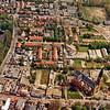 F3211<br /> Luchtfoto van de omgeving van de Parklaan. De straat onderaan de foto is de Hoofdstraat. De straat links in de J.P. Gouverneurlaan. Links beneden is de St. Pancratius te zien. Foto: jaren '80