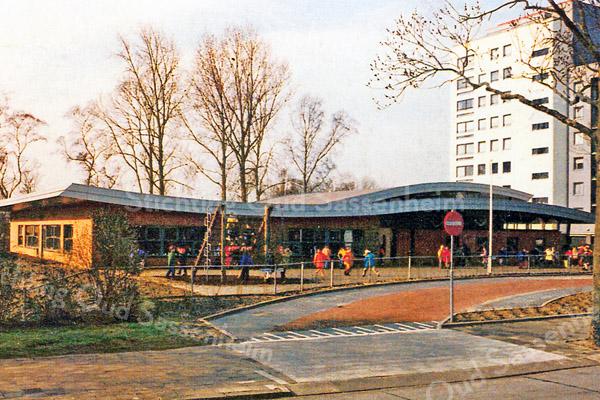 F1822 <br /> De nieuwe openbare basisschool Het Bolwerk aan de Menneweg (gebouwd in 1998), op de plaats waar eerder de prot.-chr. mavo stond. Foto: 1998.