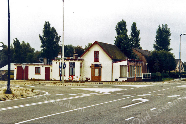 F0233 <br /> Het café van Juffermans aan de Rijksstraatweg op de hoek van de Warmonderweg. Foto: 1989.