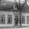 F0758 <br /> Het huis aan de Hoofdstraat dat J.P. Oudshoorn omstreeks 1896 met de werkplaats en het aannemersbedrijf overnam van aannemer Guldemond, die geen opvolgers had. Oudshoorn was toen al een aantal jaren medewerker in het bedrijf van Guldemond. De familie Oudshoorn bewoonde het huis vele jaren en ook zoon J. Oudshoorn die zijn vader in het bedrijf opvolgde, woonde met zijn gezin in het pand. Gelet op een foto uit 1891 waarop de pas getrouwde heer en mevrouw J.P. Oudshoorn bij de woning staan, moet de woning ruim voor 1891 zijn gebouwd. Later kwam hier een vestiging van Albert Heijn. Daarna vestigde zich in dit pand de firma Luijk in elektrische artikelen. Vervolgens kwam in dit pand een vestiging van de Etos. In 2003 werd het pand van de Etos gesloopt voor nieuwbouw. Foto: 1896.<br /> <br /> [Collectie Oudshoorn 001: woonhuis J.P.Oudshoorn (toen Hoofstraat 188). Foto ca. 1896.]