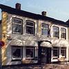 F0618 <br /> Oude Haven met de imposante gevel van het voormalige huis van de fam. Frijlink. Later heeft de fam. Niekerk en daarna de fam. Van Biezen hier gewoond. Nog weer later was hier woonboetiek Saskia gevestigd.  Later kwam hier partijdrogisterij Dirckx. Nu (2016) is er een vintagewinkel, maar er zijn sloopplannen! Foto: 1996.