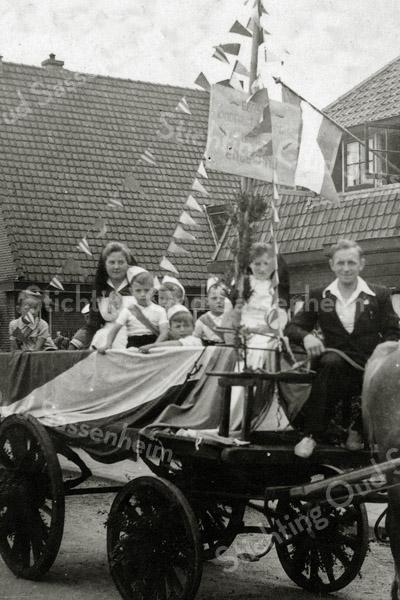 F1087 <br /> Bevrijdingsoptocht op 31-8-1945. Dick van Biezen zit op de bok. Het jongetje middenvoor is Gerrit Jan de Nobel, daarachter zit Jan v.d. Geest en rechts daarvan Wim van Biezen. Locatie: Rusthofflaan ter hoogte van huisnr. 28.