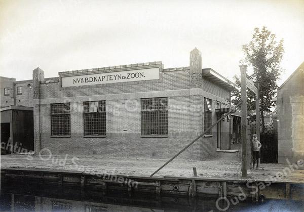 F0815 <br /> Later bouwde J.P. Oudshoorn voor B.D. Kapteyn & Zn. een modernere bollenschuur met kantoor aan de Vaartkade. Deze gebouwen werden gesloopt in 2003 voor de nieuwbouw in het kader van het centrumplan. Foto: vóór 1921.<br /> <br /> Collectie Oudshoorn 111: N.V. v/h B.D. Kapteyn & Zoon, Vaartkade.