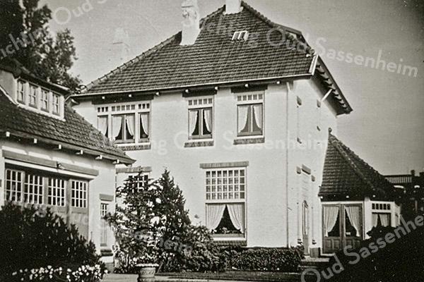 F2027<br /> De achterkant van villa 'Sunbeam', de woning van dokter Moerman.