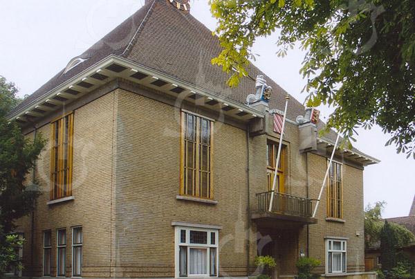 F4247<br /> <br /> Het voormalige gemeentehuis van Sassenheim, sinds 1992 het  Sikkenmuseum. Het pand is gebouwd in 1929.