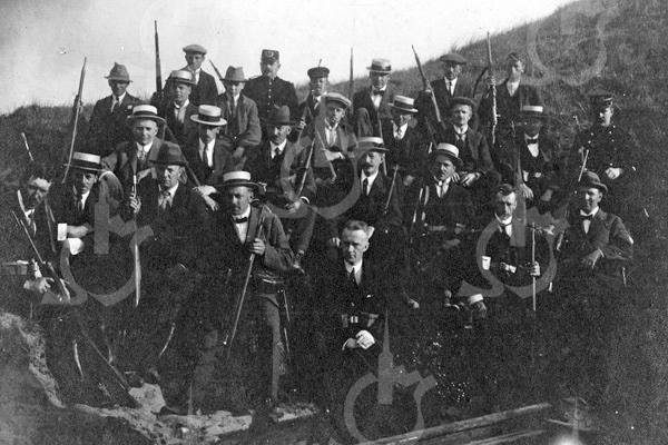 F4004<br /> De Burgerwacht van Sassenheim in de laatste jaren van de Eerste Wereldoorlog. Op de achterste rij is de man in politieuniform C. Posthumus, chef van politie en tevens gemeentebode. Foto: 1917-1918