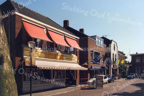F0617 <br /> Oude Haven met links vooraan het pand waar nu (2016) Dirck III ('alle dranken op één adres') is gevestigd. Het pand is eigendom van Digros. Op deze plaats stonden vroeger de bakkerswinkel van Ravensbergen en daar vlak naast het woonhuis van Jaap v.d. Meer. Naast Dirck III de autohandel van Faas, de dierenwinkel van Th. de Kluijver, het woonhuis van Kiebert en dat van Rotteveel. (zie ook foto F0541). Foto: 1996.