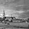 F3707<br /> De Parklaan met zicht op de Pancratiuskerk. Rechts van de kerk staat de Antoniusschool. Links is het oude gemeentehuis, nu Sikkens Experience Centre.