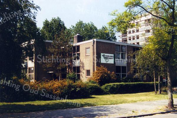 F0249b <br /> Dit schoolgebouw aan Menneweg 12 was vanaf 1986 dependance van het Rijnlands Lyceum Sassenheim (RLS). Oorspronkelijk was hier van 1959 tot 1986 de Dr. De Visserschool voor chr. mulo (later mavo) gevestigd. In 1995 ging deze dependance van het RLS over naar de nieuwbouw aan de Van Alkemadelaan. Het gebouw aan Menneweg 12 werd afgebroken. Op deze plaats werd in 1998 de openbare basisschool Het Bolwerk gebouwd.