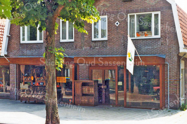 F2672<br /> Rusthofflaan 3 en 5. Op nr. 3 had Jac. Oudshoorn zijn kruidenierswinkel en op nr. 5 was het woonhuis en de sigarenwinkel van familie Meeuwissen. Later zijn beide zaken opgekocht door dhr. van Steijn en hij vestigde daar er 'Van Steijn Wonen'. De foto:1983.