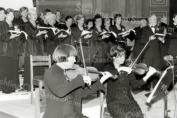 F2556<br /> Een concert in de Julianakerk te Sassenheim met chr. oratoriumvereniging Com nu met Sangh. Foto: 2003.