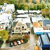 F2390<br /> Een panoramafoto, genomen vanaf de Dorpskerk. In het midden het nieuwe pand van modehuis Melman. Links staat de Hema en rechts de schoenenwinkel van Witte. Foto: 1989.