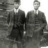 F0907 <br /> Links Henk Hoogervorst en rechts Maarten van Zoen, beiden woonachtig in de Zuiderstraat. Ze staan op een houten ophaalbrug aan het eind van die straat, bij de bollenschuur van Klaas Oudshoorn. Foto: ca. 1928.