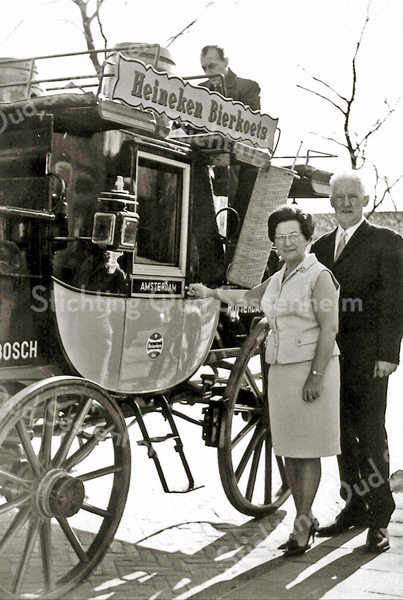 F2334<br /> Dhr. en mevr. Postma. Zij beheerden café-restaurant De Oude Post. De foto is genomen op 14 maart 1968  ter gelegenheid van het 100-jarig bestaan van De Oude Post.