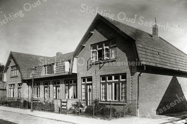 F0867 <br /> Collectie Oudshoorn 100: Molenstraat 1925, nr. 5 t/m 11. <br /> Foto: vóór 1921.