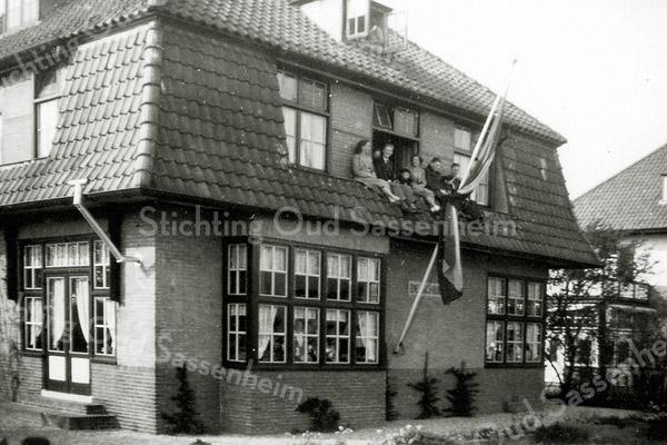 F0625e <br /> Woonhuis De Schulp, Hoofdstraat 345. De fam. Van Leeuwen bekijkt het bloemencorso vanaf het balkon. Foto: 1948-1950.