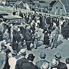 F3840<br /> 25 juni 1938: officiële opening van Rijksweg 4 in aanwezigheid van burgemeester J.P. Gouverneur, ter hoogte van de Klinkenberg. De opening werd verricht door mevr. Gelinck-van Nooten. Naast haar (met hoed in de hand) haar echtgenoot ir. Gelinck, president van het 8ste Internationale Wegencongres, dat van 20 juni tot 2 juli werd gehouden in het Kurhaus in Scheveningen.