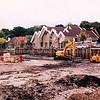 F2545<br /> De bouwput aan de Kerklaan, gezien vanaf de noordzijde; hier moet het Voorhavenkwartier gaan verrijzen. Op de achtergrond de bibliotheek aan de Kerklaan te Sassenheim. Foto: 2003.