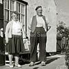 F1904 <br /> Willem van Klaveren en Geertje van Klaveren-Roodenburg bij hun huis naast de ruïne van Teylingen. Foto: ca. 1962.