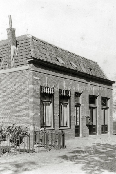 F0827 <br /> Rechts naast het huis van Beumer stond het in 1896 door J.P. Oudshoorn gebouwde koffiehuis en woning van Piet van Duin aan de Hoofdstraat. Later woonde hierin P. Moolenaar Fzn. In het rechter deel van het pand had hij zijn bollenschuur. Moolenaar werd in de volksmond 'Piet van Plaatshek' genoemd omdat hij tegenover het hek van de oprijlaan naar de buitenplaats Ter Leede (thans de Ter Leedelaan) woonde. Dit pand werd in 1938 gesloopt voor de aanleg van de provinciale weg vanaf de A44 naar Noordwijkerhout. Hier begint de Carolus Clusiuslaan. Zie ook An 0242; 0243 en 0244. Foto: vóór 1921.<br /> <br /> Collectie Oudshoorn 009: Koffiehuis Hoofdstraat P. van Duin 1896. Tegenover 'Ter Leede – Moolenaar.