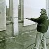 F2466<br /> Burgemeester Buddenberg verwijdert graffiti van een pand nabij de moskee aan de Hoofdstraat. Foto: 2001.