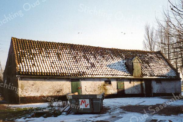 F0498 <br /> Een oude schuur aan de Frank van Borselenlaan, beter bekend als de Pukkieslaan; weliswaar op Voorhouts grondgebied, maar in de onmiddellijke nabijheid van Sassenheim. Door de hoge ouderdom en zeer bouwvallige staat is deze schuur, behorend bij de boerderij Laag Teylingen op de foto gezet. De schuur was binnen een maand gesloopt en vervangen door een nieuwe. Foto: 1999.