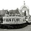 F1386d <br /> Bloemencorso 25 april 1953. De locatie is Sassenheim-noord, bij de Molenstraat. Corsowagen met als titel: 'Sieraad van Flora'.