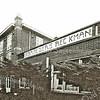 F2206<br /> In de voormalige bollenschuur van de Gebr. Bergman was in de jaren '90 de antiekhandel van de gebr. Reckman gevestigd. Nu (2016) is het pand in zeer deplorabele staat! Het gebouw aan de Teijlingerlaan is een rijksmonument. Foto: 1997.