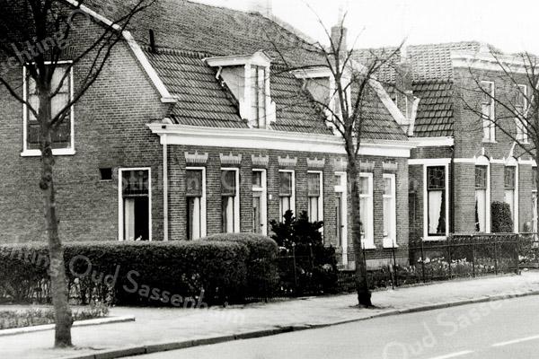 F1304a <br /> Hoofdstraat 156-154. Twee onder één kap, links woonde de fam. Van der Voort en rechts de fam. Haver.  In de jaren vijftig bestond het pand uit verschillende woongedeelten, waar leden van de familie Van der Voort woonden. In het gedeelte rechts woonde toen het gezin G.M. Overvliet Gzn-W.van der Voort. Het pand is reeds vele jaren gesloopt.