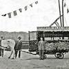 F0002<br /> De Oosthaven met op de achtergrond de huizen aan de Kerklaan en de chr. gereformeerde Kerk. De bloemenwagen is blijkbaar bedoeld als demonstratie voor het verkrijgen van de elektrische tram. De personen zijn onbekend (de rechter persoon lijkt op Roel de Nobel, zoon van Gerrit de Nobel, eigenaar sigarenmagazijn 'De Toekomst' in de Hoofdstraat).