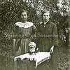 F3522<br /> Links oma Blijleven en rechts haar zuster Mien.<br /> Weet iemand de volledige namen van de dames?