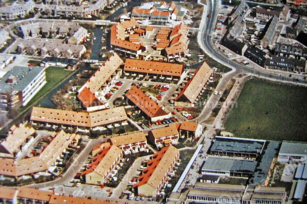 F3201<br /> Luchtfoto, genomen op 29 april 1994.  Uiterst rechtsbeneden de gebouwen van het Rijnlands Lyceum Sassenheim, bewoond van 1972 tot 1995.<br /> Collectie C. Pieterse.