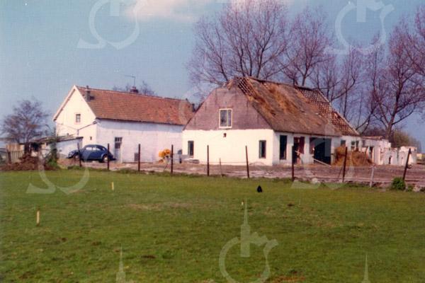 F0734d <br /> De voormalige boerderij Jagtlust aan de Warmonderweg nr. 33. Het pand is later in vier woningen verdeeld, waarvan de eerste aan de voorkant indertijd werd bewoond door de fam. Roodenburg; het tweede door de fam. Van Benten; het derde door de fam. Van der Elst en het vierde door de fam. Kapaan. Aan de achterkant stond tegen het huis nog een gebouwtje, waarin de karnmolen heeft gestaan. Later werd dit gebouwtje bewoond door dhr. Schrama. Ook heeft Klaas v.d. Elst (broer van de opa van Fons v.d. Elst) in dat huisje gewoond. Cor v.d. Elst, de vader van Fons, heeft in het rechter huisje gewoond, net als de fam. De Stigter. In het zomerhuis met het opschrift 'Jagtlust' woonden de fam. Jansen en De Hollander. Beide panden zijn in 1982 gesloopt.