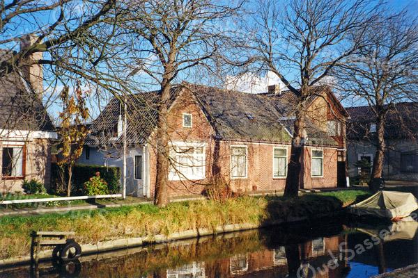 F0079<br /> Twee oude panden aan de Kastanjelaan. Beide huizen zijn eigendom van mevr. Witteman. Links op nr. 12 woont H.H. Witteman en rechts, nr.13, is bewoond door J.L. Suchail. Het pand links op de foto is nr.7 van Hein Melman. Het pand rechts is van de fa. C. van Velzen & Zoon. Foto: 1996.