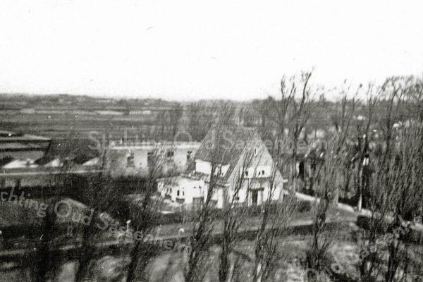 F1054 <br /> Huize Bethesda aan de Emmalaan, met daarachter de bollenschuur van Van Zonneveld & Co.  Na sloop staat hier nu woonhuis en praktijk van dokter Moerman, met de naam Nieuw Bethesda. De foto is waarschijnlijk genomen vanaf de gereformeerde kerk aan de Julianalaan. Foto: ca. 1937.