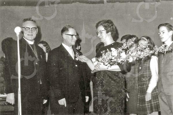 F4562<br /> De heer G. Lascaris ontvangt de pro Eccleia-onderscheiding. Foto: 1964.