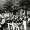F1139 <br /> Feestelijke herdenking 1813-1913, het onafhankelijkheidsfeest. Feestelijke herdenking 1813-1913, het onafhankelijkheidsfeest. Kinderoptocht 18 september 1913. De 'Franse' tamboers lopen voorop, daarachter het Chr. Fanfarekorps Crescendo. Zij liepen voorop in de optocht ter hoogte van van het bloembollenbedrijf van Van Zonneveld & Co NV, waar nu De Oude Tol is. Vanaf 1932 was de fa. Scheffers & Kroes in dit pand gevestigd. (zie ook foto G1808)
