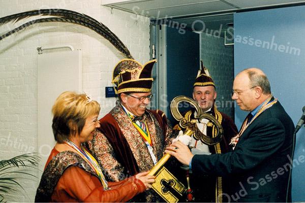 F2521<br /> Burgemeester Waal overhandigt de sleutel aan prins Carnaval Maup (Willem de Jong). Foto: 2003