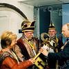 F2521<br /> Burgemeester C.J. Waal overhandigt de sleutel aan prins carnaval Fredericus (Fred Vermeer). Op de achtergrond adjudant Gerard van den Berg. Foto: 2003.
