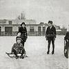 F1067 <br /> De foto is genomen op de Oosthaven op Nieuwjaarsdag 1932 in de bocht van de Sassenheimersloot vanaf de Oosthaven richting de Vaartkade. Smederij Engberts en gashouder in de Molenstraat zijn te zien. V.l.n.r.: nb.; Klaske Dijkstra; Jan Dijkstra; Jaap Dijkstra; nb. ; nb. ; nb. Foto: 1932..