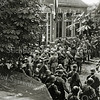 F1077 <br /> Koninginnedag 31-8-1939. De mobilisatie, militairen op het schoolplein van de School met den Bijbel aan de Hoofdstraat, waar nu de moskee is. Foto: 1939.