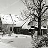 F0470 <br /> De voormalige zeventiende-eeuwse boerderij van Van der Meij aan de Hortus. Hier werden vroeger noodslachtingen verricht, in een gebouwtje naast de boerderij (niet op de foto). Bertus Staffeleu ging met een bel het dorp door om de slachting bekend te maken. Na het vertrek van Van der Meij hebben hier nog een paar gezinnen gewoond tot de sloop, die op de foto al in gang is gezet. Deze boerderij lag ongeveer in de Slotlaan, ter hoogte van basisschool De Overplaats. Foto: winter 1958.