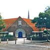 F0387 <br /> De chr. basisschool De Rank, een gevolg van een fusie met de Diligence in de Postwijk en Het Anker aan de Kagerdreef. De drie scholen gaan nu verder onder de naam De Rank. De school op de foto is gebouwd in 1930 als hervormde school, gelegen aan de Jacoba van Beierenlaan en werd later de chr. basisschool Kompas. Het gebouw heeft jaren leeg gestaan.  Nu in 2016 zullen er appartementen in worden gerealiseerd voor de huisvesting van zgn. statushouders (vluchtelingen). Foto: 1997.