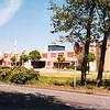 F1826 <br /> Het verzorgingshuis De Schutse, gezien vanaf de Teijlingerlaan. De Schutse werd gebouwd in 1987 en is in 2011 afgebroken om plaats te maken voor het woon- en servicecentrum SassemBourg, dat in 2015 gereedkwam.
