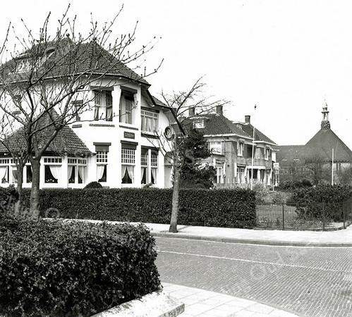 F0449a <br /> Huize Sunbeam (bouwjaar 1910, architect Jesse), woning van huisarts H. Moerman, aan de Hoofdstraat nr. 155. Voorheen bewoond door dokter J.M. van Nes en eerder door de fam. Philippo. De villa is destijds gebouwd voor de familie J.W. Koning Pzn. Ook nog te zien: villa De Beukenhof en het voormalige gemeentehuis aan de Wilhelminalaan.